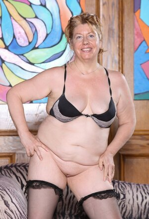 Aged woman gives a chance for all the grown-up female lovers to enjoy her body